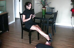 يمارس الجنس مع فتاة تحميل سكس اجنبي مجانا ذات شعر بني في جوارب على الطاولة.