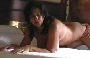 شقراء يرضي تنزيل مقاطع سكس اجنبي الرجل في غرفة النوم مع الفم.