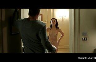أحمر سكس اجنبي التحميل المباشر مع دسار بالقرب من المرآة.